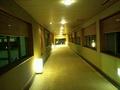 夜の新館への渡り廊下