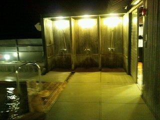 畳の露天風呂のシャワーブース