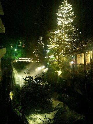夜の渡り廊下の眺め