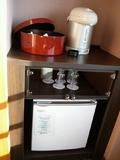 お茶セットと冷蔵庫