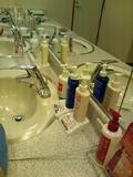 大浴場の脱衣場の洗面台のアメニティ