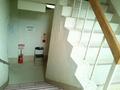 紅葉館の1階から地階への階段