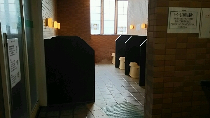脱衣場から浴室の間の洗い場