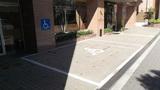 建物の前は障害者用の駐車場が