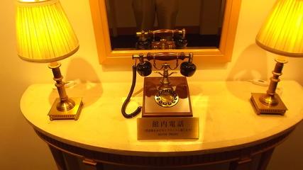 廊下にある館内電話