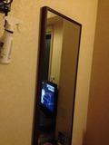 大きな鏡が部屋にあります。