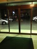 ホテル内から見た入り口の写真になります。