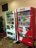 ホテル1Fに自販機があります。