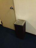 廊下に灰皿あります。