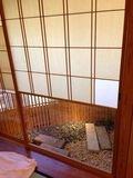 料亭 個室 窓 写真です。