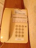 お部屋に電話あります。