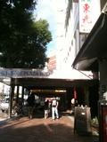 通りから見たホテルの入り口