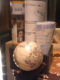地球儀とチラシです。