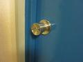 中からの鍵はドアノブの鍵1つだけです。