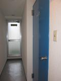 廊下側からの部屋入口。