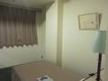 ベッド横に絵が飾ってあります。