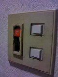 部屋のドアよこの照明電源です。