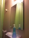 洗面台の鏡もきれいです。使いまわしの固系石鹸、シャンプーがありました。