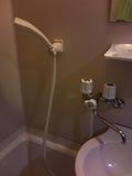 シャワーと洗面の温度調節は共通しており、真ん中でどちらからでるか変更できます。