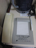 机の上に電話とメモ帳がありました。