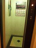 エレベーターの中です。