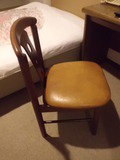 部屋には椅子が1つありました。