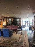 ホテル3階アートギャラリー入口付近にはくつろげそうな椅子とテーブルありました。