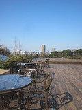 ホテル5階の空中庭園には椅子とテーブルがいくつかありました。