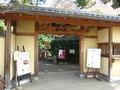 椿山荘の入口、冠木門です。