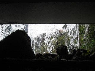 庭園からプラザ1階に入る入口は滝の中を通ります。