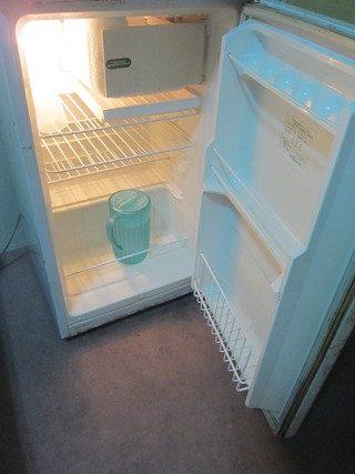 冷蔵庫の中には水とコップが入ってました。