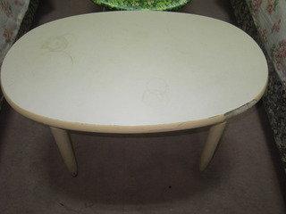 部屋の中央にテーブルがありました。