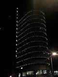 夜のホテルの外観です