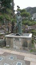足湯の近くには有名な像も