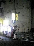 そば屋を曲がってすぐの自販機のあるところを右に曲がります