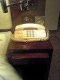 デスク横には内線電話と目覚ましがあります