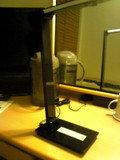 机の上には電気スタンドがあります