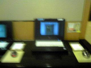 フロント前には無料PCもあります