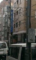 道を挟むと電信柱があって少し分かりづらいです