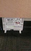 机の下にWiFiが