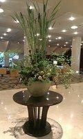 広い玄関ホールにはきれいな花が