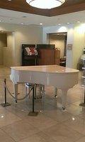 広いロビーにはグランドピアノもありました