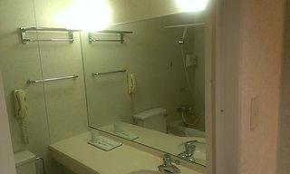 洗面所の大きな鏡です