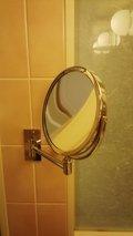 洗面所にはメイク用の鏡もあります