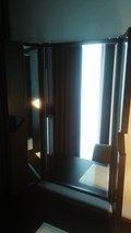 机の前に開閉式の三面鏡があります