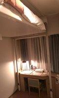 ベッドが電動で頭上まで上がります