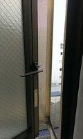 窓の外には目隠し目的の柵があります