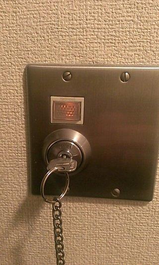 ルームキーを差し込んで捻ると室内の電気がつきます