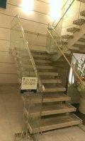 3階のフロントまでの階段です