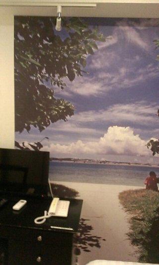 壁には大きな絵のプリントがあります